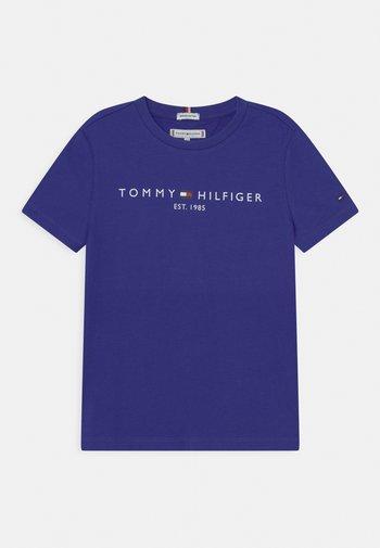 ESSENTIAL TEE UNISEX - T-shirt med print - court purple