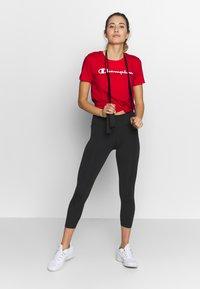 Champion - CREWNECK - T-shirt z nadrukiem - red - 1