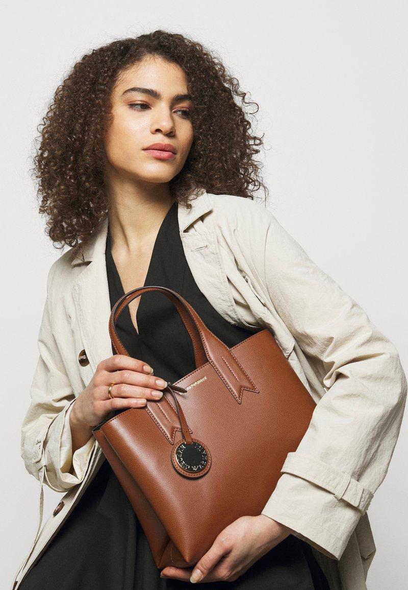 Emporio Armani - FRIDATOTE BAG - Handbag - tabacco/nero