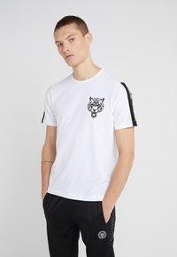 Plein Sport - ROUND NECK ORIGINAL - T-shirt med print - white - 0