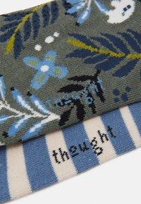 Thought - NELLY FLORAL SOCKS JACINDA STRIPE SOCKS 2 PACK - Ponožky - sage green/powder blue - 1