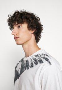 Emporio Armani - T-shirt imprimé - white - 3