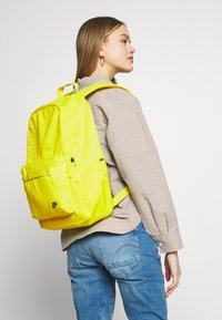 Nike Sportswear - AIR HERITAGE  - Sac à dos - opti yellow/black - 1