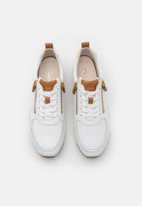 Gabor - Sneakers laag - weiß/cognac - 5