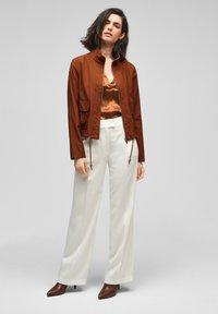 s.Oliver BLACK LABEL - MIT DURCHZUGKORDEL - Summer jacket - americano brown - 1