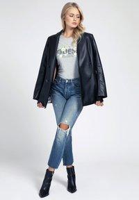 Guess - LOGO GLITTER - T-shirt con stampa - grigio multi - 1