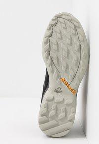 adidas Performance - TERREX AX3 MID GORE-TEX - Trekingové boty - core black/dough solid grey/purple tint - 4