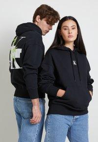 Calvin Klein Jeans - GRAPHIC HOODIE UNISEX - Sweatshirt - black - 3