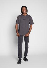 Mennace - ESSENTIAL REGULAR RELAXED SIG TEE UNISEX - Basic T-shirt - charcoal - 1