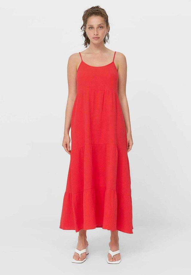 MIT RAFFUNGEN UND CUT-OUTS - Maxi šaty - red