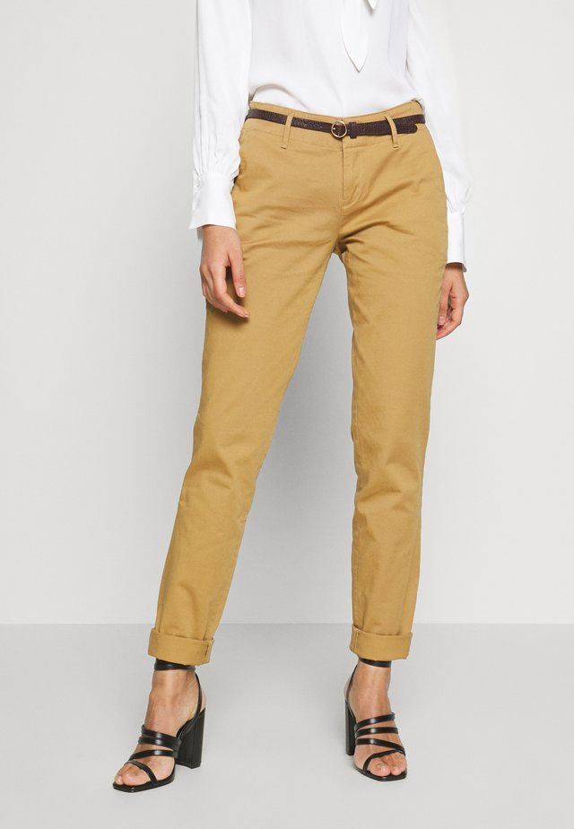 WITH BELT - Pantalones chinos - camel