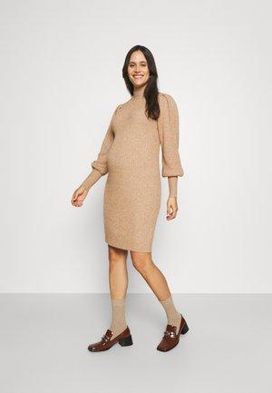 OLMKATIA DRESS - Stickad klänning - beige