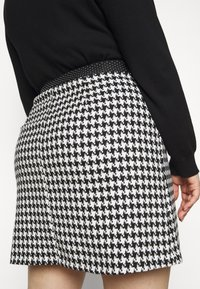 Simply Be - HOUNDSTOOTH MINI SKIRT - Mini skirt - black/white - 5