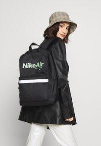 Nike Sportswear - AIR HERITAGE - Mochila - black/black/silver pine - 4