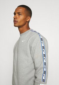 Nike Sportswear - REPEAT CREW - Sweatshirt - grey heather - 4