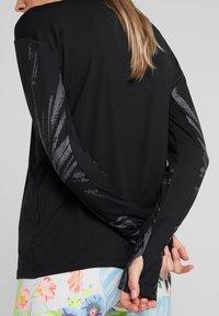 Nike Performance - Koszulka sportowa - black/reflective silver - 5