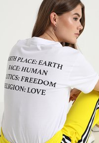 Merchcode - HEART TEE - T-shirt z nadrukiem - white - 3
