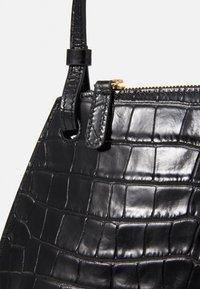 Little Liffner - PEBBLE CROSSBODY - Across body bag - black - 5