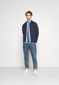 Levi's® - GRAPHIC MOCKNECK TEE UNISEX - T-Shirt print - blue indigo - 1