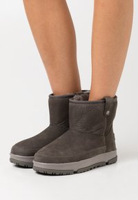 UGG - CLASSIC WEATHER MINI - Winter boots - charcoal - 0