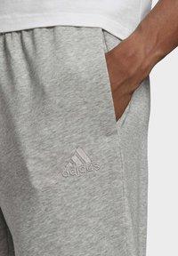 adidas Performance - ESSENTIALS FRENCH TERRY TAPERED CUFF LOGO JOGGERS - Pantalon de survêtement - grey - 3
