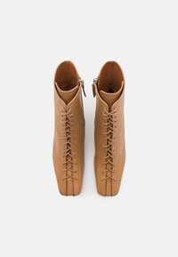 ÁNGEL ALARCÓN - Lace-up ankle boots - camel - 5
