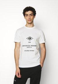 Han Kjøbenhavn - ARTWORK TEE - Print T-shirt - white/black - 0