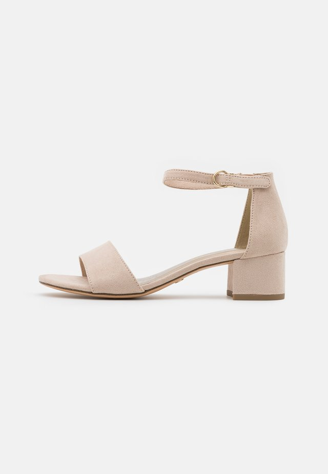 Sandaalit nilkkaremmillä - nude