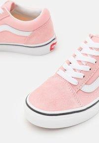 Vans - OLD SKOOL - Zapatillas - powder pink/true white - 5
