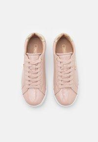 ONLY SHOES - ONLSHILO METALLIC - Sneakers laag - nude - 5