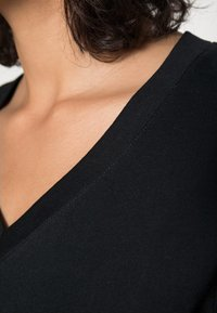 Selected Femme - SLFSTANDARD  V NECK TEE  - Jednoduché triko - black - 4