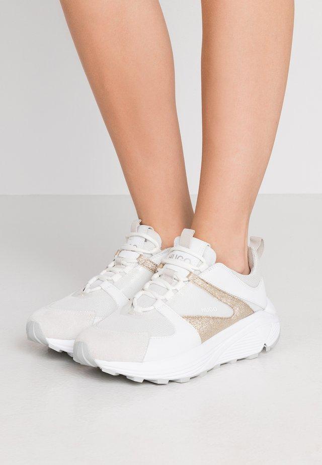 HORIZON RUNN GLITT - Sneakers basse - gold