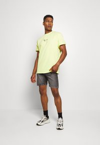 Karl Kani - SMALL SIGNATURE TEE  - T-shirt basic - yellow - 1