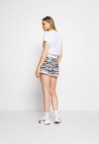 DKNY - ZEBRA PRINT ROLL CUFF SHORT INSEAM - Sports shorts - white - 2