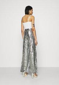 NA-KD - FLOWY PANTS - Pantalon classique - silver - 2