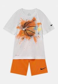 Nike Sportswear - SPORTSBALL SET - Print T-shirt - atomic orange - 0