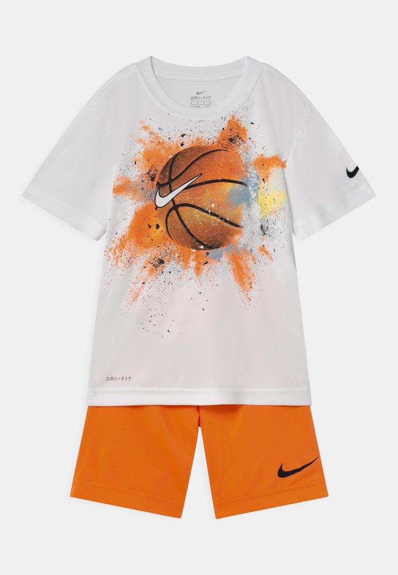 Nike Sportswear - SPORTSBALL SET - Print T-shirt - atomic orange