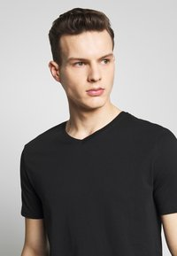 Benetton - BASIC VNECK - T-shirt basic - black - 4