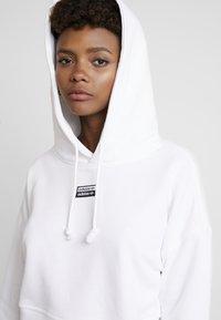 adidas Originals - CROP HOOD - Bluza z kapturem - white - 5