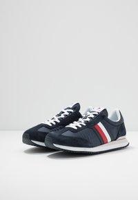 Tommy Hilfiger - MIX RUNNER STRIPES - Sneakersy niskie - blue - 2