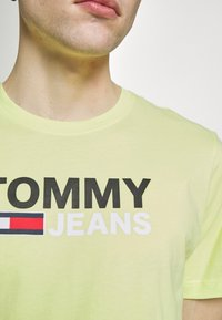Tommy Jeans - CORP LOGO TEE - Print T-shirt - neon yellow - 6
