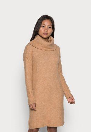 VMLUCI COWLNECK DRESS - Sukienka dzianinowa - tan melange