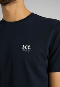 Lee - SS SMALL - Basic T-shirt - sky captain - 5