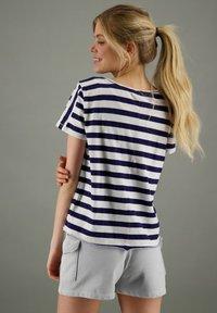 Better Rich - Print T-shirt - blau weiß - 1