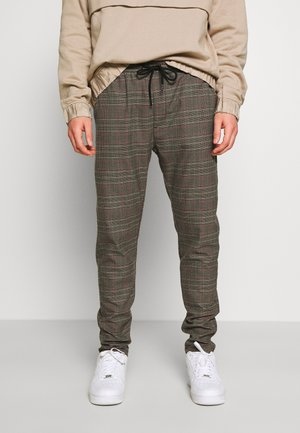 AYERS ADD CHAIN - Pantalones - black/taupe/red