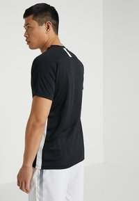 Nike Performance - DRY ACADEMY - T-shirts med print - black/white - 2