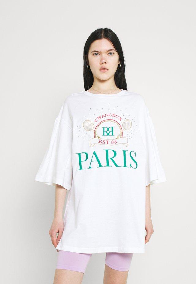 PARIS TENNIS OVERSIZED TEE - Triko spotiskem - white
