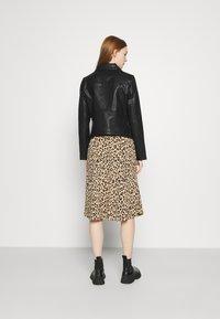 NA-KD - SHORT BACK BIKER JACKET - Leather jacket - black - 2
