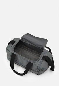 Puma - FUNDAMENTALS SPORTS BAG XS UNISEX - Sportovní taška - ultra gray - 2