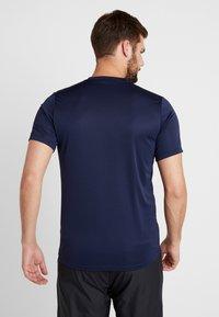 Nike Performance - DRY - T-shirt med print - obsidian/gym red - 2